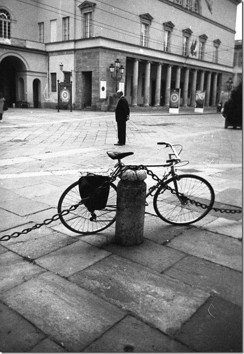 13 - Parma, Teatro regio con bicicletta e uomo solitario, Tito Andronico